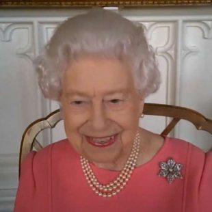 """Rainha Elizabeth 2ª pede que britânicos se vacinem: """"pensem nos outros e se imunizem"""""""